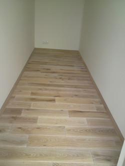 Dubová podlaha v šatně