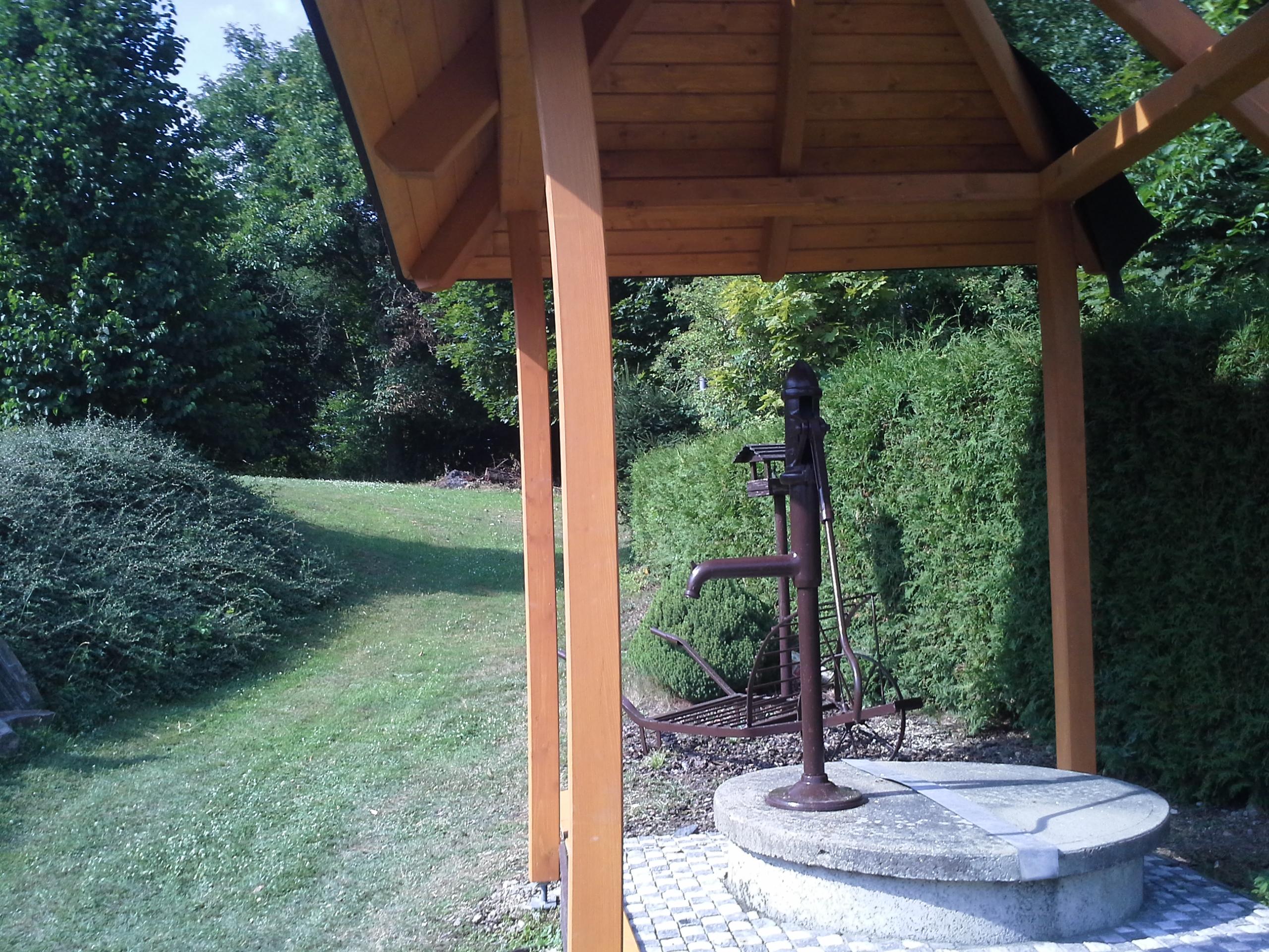 Zahradní altán nad studnou