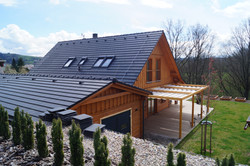 Jak zastínit dřevěnou terasu u domu tak aby v zimě nestínila trvale? Řešení zastínění terasy na míru