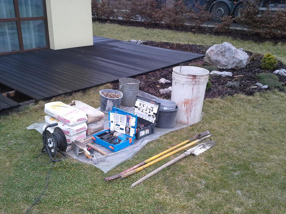 Příprava pracoviště,zakrytí trávníku fóliií