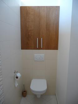 Vestavěná skříňka na záchodě