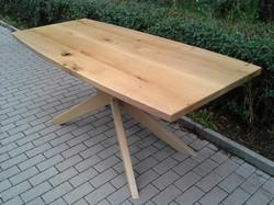 Atypický dubový stůl
