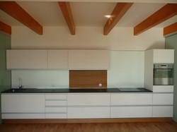 Bílá strukturovaná kuchyně Nymburk