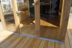 Dřevěná podlaha v odpočívárně venkovní sauny - žádná nep