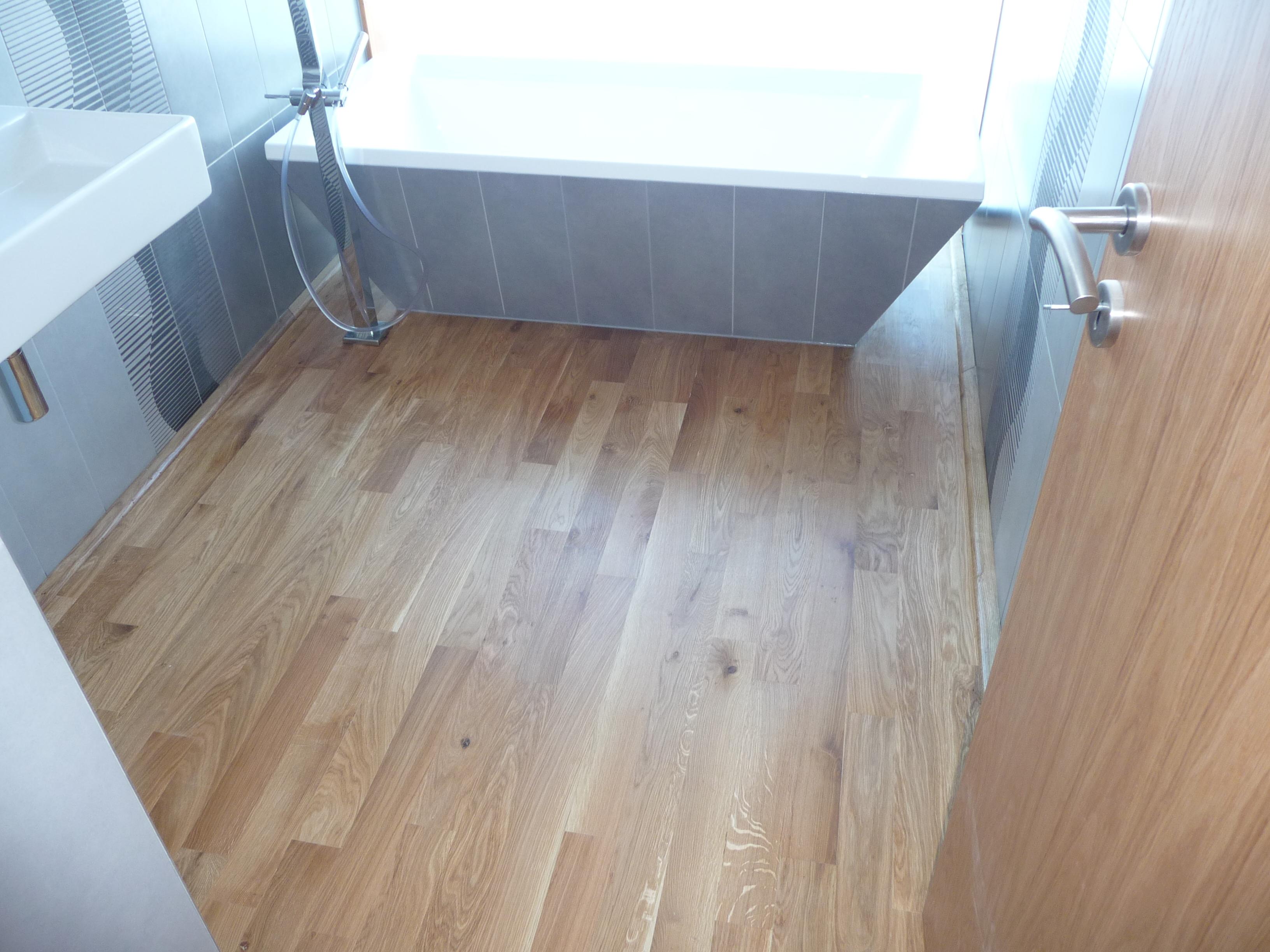 Vana a dřevěná podlaha