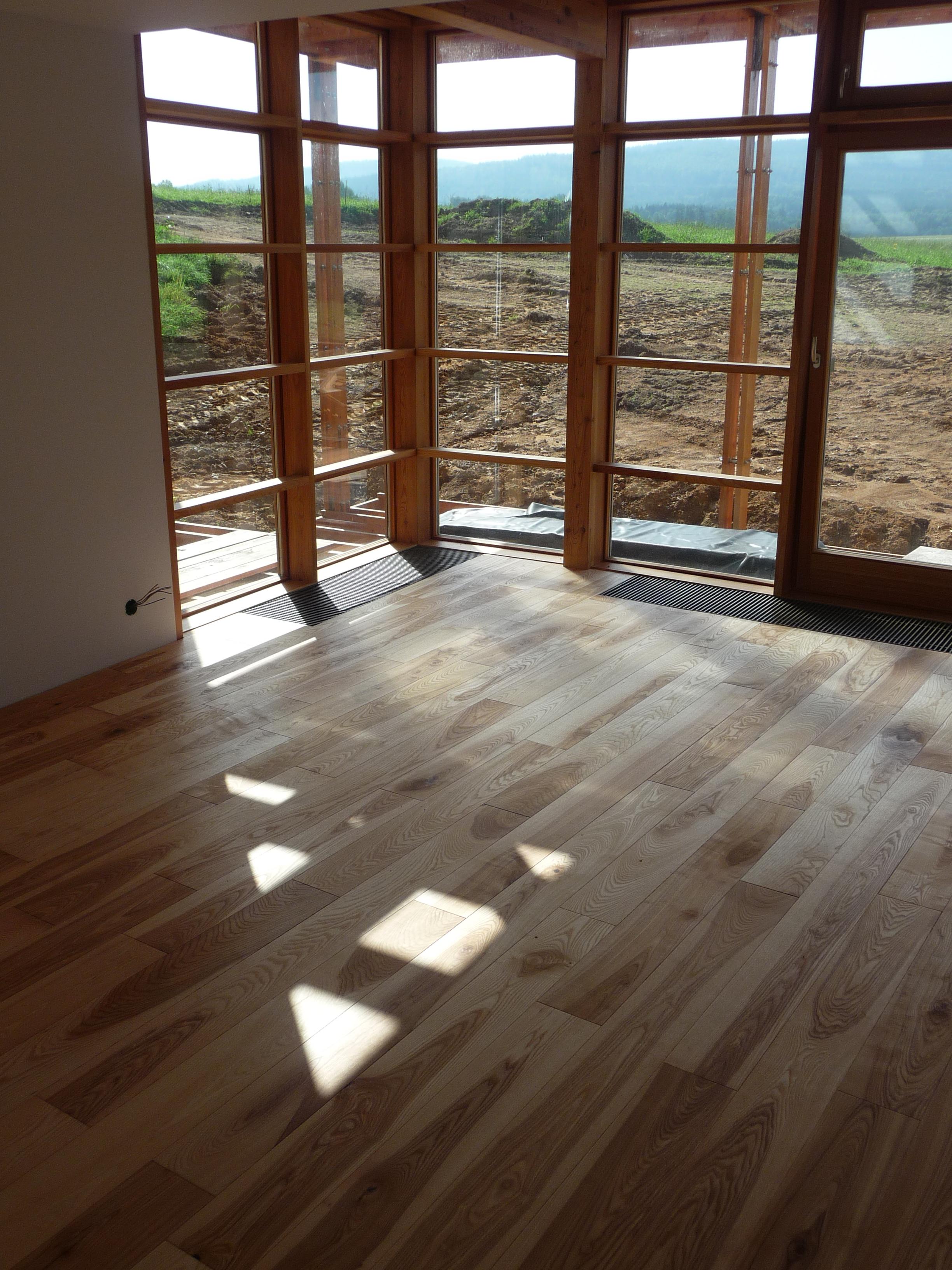 Dřevěná podlaha a rohové okno