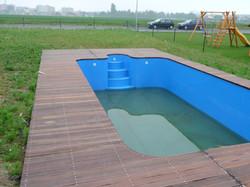 Tvarová terasa u bazénu
