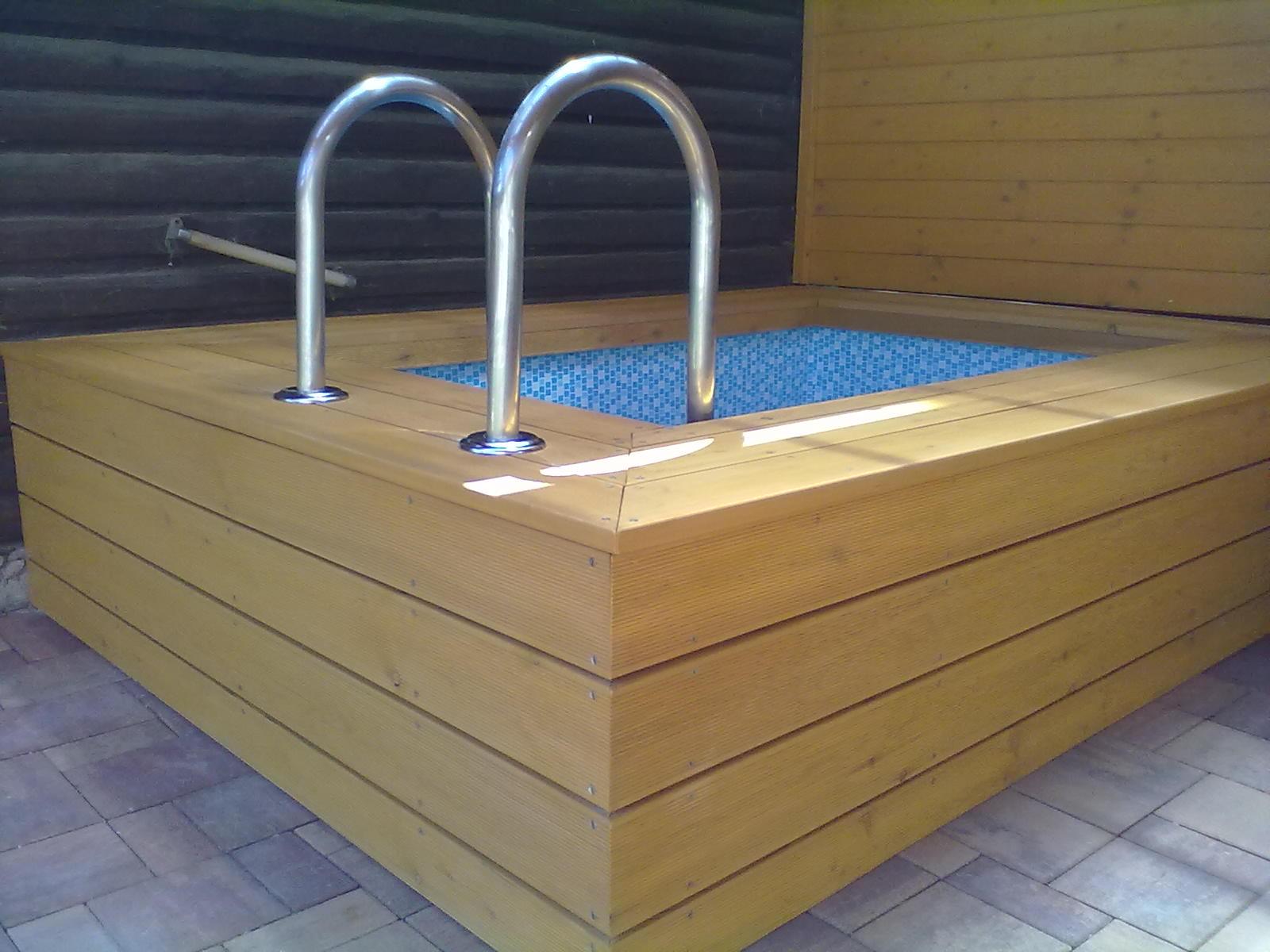 Dřevěné obložení bezénu u sauny