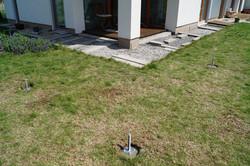 Základy pro pergolu v trávě
