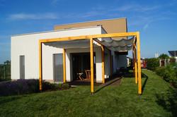Pasivní dům s dřevěnou pergolu