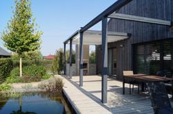 Dřevěná terasa na břehu bazénu