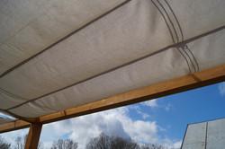 Průhled zastíněním látkovým baldachýnem na terase Náchod