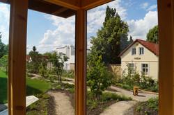 Prosklená odpočívárna venkovní sauny s výhledem Praha