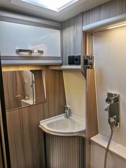 Badezimmer mit Dusche, Spiegel, Toilette etc.
