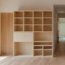 左手が板が手前に開いてデスクに、右手はTV置き場。建物に合わせてジャストサイズにできるのも造り付け家具の良いところ。