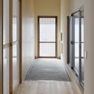 大きな土間のある玄関は木製の引戸。