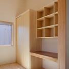 子供部屋の造り付け家具。机と吊り棚、奥がクローゼット。