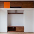 上部にエアコンを組み込んだTVコーナーの造り付け家具。左右の戸板は左右に動き、内部は大収納。