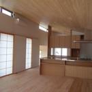 ヒノキの床に漆喰の壁、杉無垢材の天井と障子の組合せ。