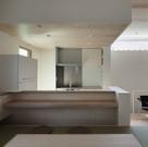 既製品キッチンがカウンタ越しに小上がりのダイニングと合体したⅡ列型キッチン