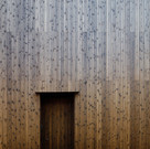 製作した木製の玄関ドア。表面を外壁と同じ焼杉で仕上げている。