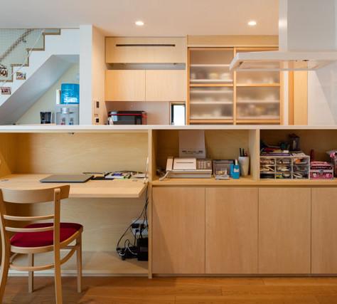 家事コーナーの造作家具の裏側は既製品のキッチン