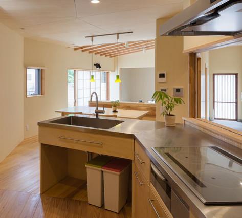 玄関もLDKも見通せる、家の中心に位置するキッチン