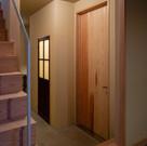 手前が製作した木製の玄関ドア。奥のトイレのドアはアンティーク