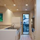 既製品キッチンの過不足を補うように合体した造作家具に包まれたキッチン