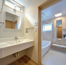 洗面脱衣室も浴室も高窓で日中も明るい空間にできます。
