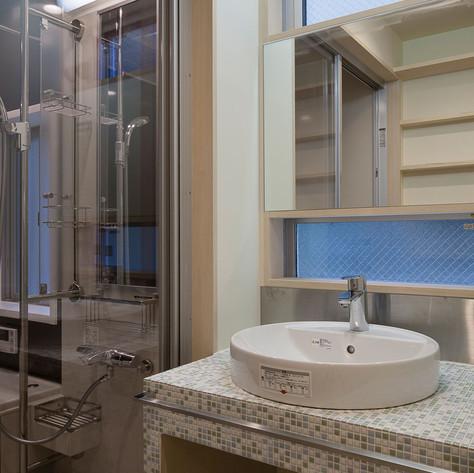 ベッセル式の洗面ボールとモザイクタイルの組み合わせの洗面室。モザイクタイルでその場の空気を色々と帰ることができます。