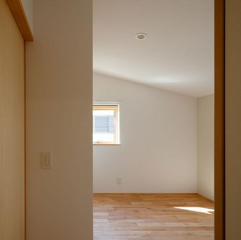 居室のような納戸スペース。家族にはそれぞれ処分できないものもあるもの。