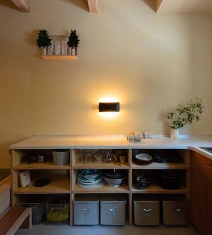 珪藻土の壁にテラゾーカウンターのL字型キッチン