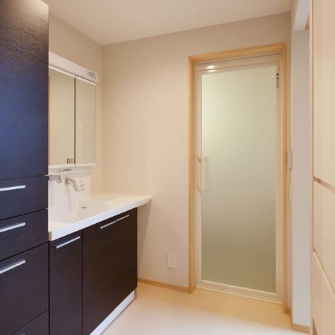 洗面・脱衣室には家人の下着を収納するため、大量の収納スペースを両壁に作りました。
