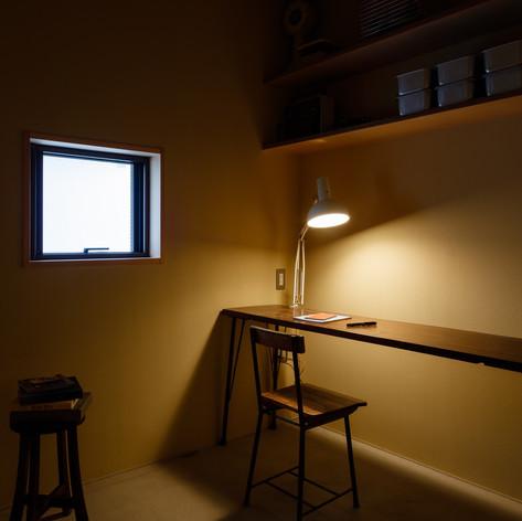 上部の棚は壁に受け込みとしてスッキリと設置。造り付けの良いところです。