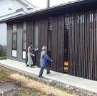 防犯用雨戸は縦格子で採光、通風が可能な便利なもの。