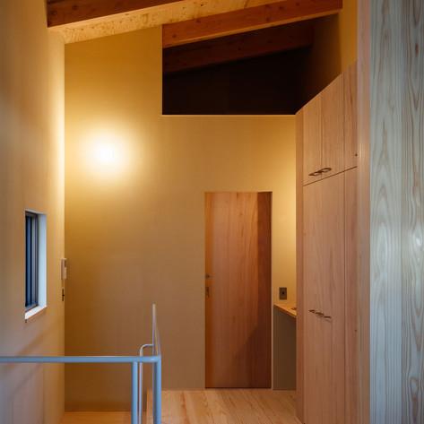 右上の真っ暗な穴は天井裏スペースのロフト(もちろん内部を照らす照明はあります)。はしごで荷物をあげる。下部は水回り