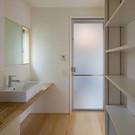 二世帯住宅の洗面脱衣室。多世帯の場合は思ったより収納スペースが必要になります。「ちょっと多いかな」ぐらいでもあれば埋まってしまいます。