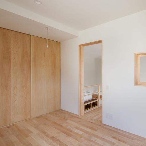 部屋の片隅を建具で仕切り、棚とパイプを取り付けると簡易だが便利なクローゼとができる。使いでがあり、評判は良い。
