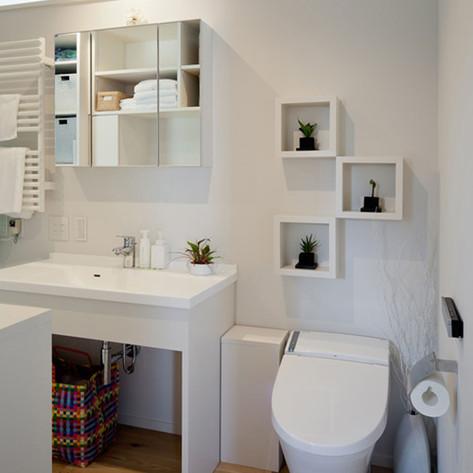 家人用のトイレは洗面脱衣室と一体にすることで、水回りに割くスペースを抑えられるし、ゆったりとしたトイレにできる。こうした場合、トイレが複数箇所ある。