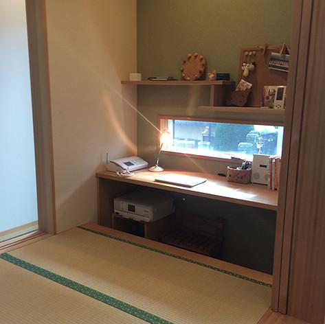 畳の小上がりスペースの片隅に棚と天板を設置してちょっとした書斎コーナーとしています