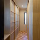 設計当初からキッチンと玄関脇から連続するように計画されたパントリー。ストックだけでなく、食器類も保管できる。