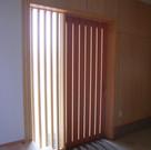 明り採りのあるの木製引戸。