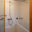 工業パーツであるハーフユニットを使ったオリジナルの浴室。木製建具やガラス戸など、入浴空間を色濃く好みを反映することもできます。