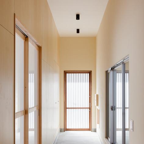 広々とした土間玄関の左手は、実は一面収納です。