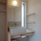 通風用の小窓とちょった棚のある洗面。カウンターの下には電気式の湯沸かし器。ガス管を持ってくるの難しい時に役に立つ。