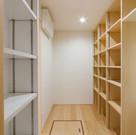 打合せの時から、棚置きだけではなく、床置きも想定しているパントリー。棚の大きさや深さは必要に応じて設定できる。