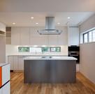 開口の高さと大きさをコントロールして、開放感があるけれどもプライバシーが保たれたキッチン