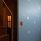 東京松屋で特注した江戸唐紙を貼った襖は居間スペースと玄関土間を仕切る。ベースの唐紙の色や素材、模様と模様の色をそれぞれ選んだ。