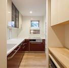 新品の既製品のキッチンと、以前の御宅で使っていた吊り戸棚を再利用して組み合わせたキッチン